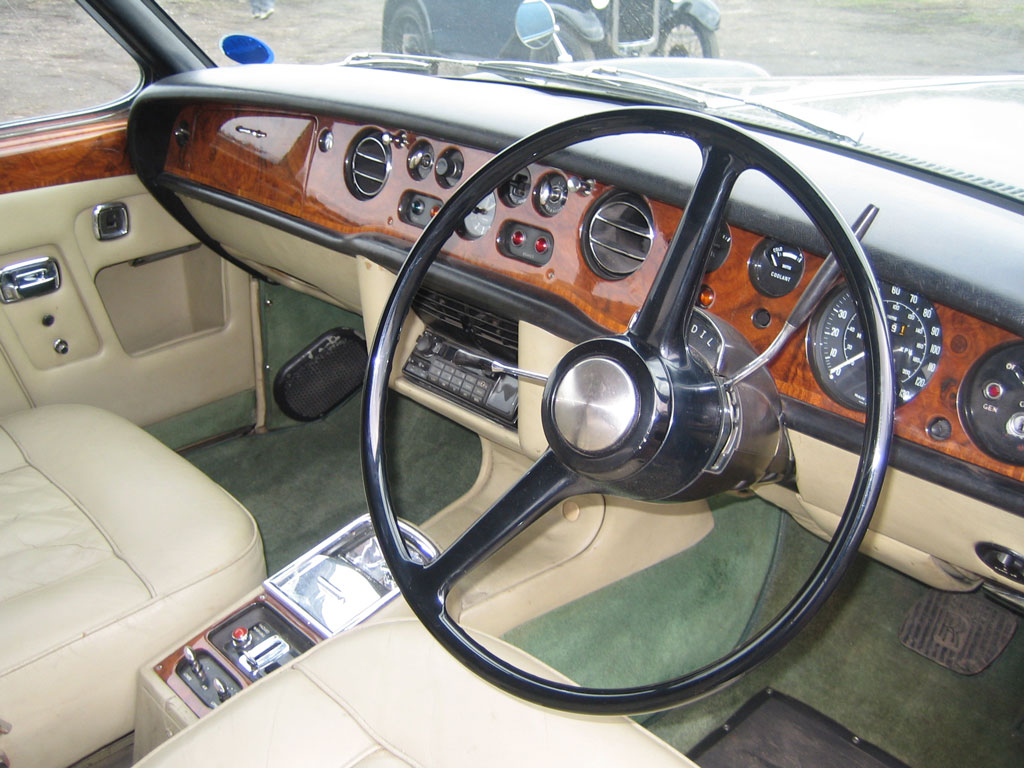 http://classiccarshow.com/wp-content/uploads/2015/04/Rolls-Interior.jpg